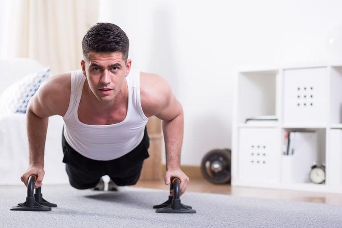 Как накачать грудь в домашних условиях – комплекс упражнений
