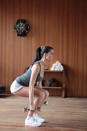 упражнения дома с гантелями